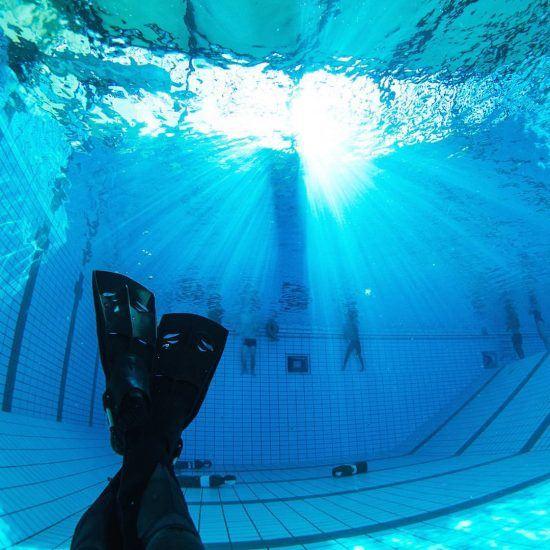 Simon dykker i svømmehallen